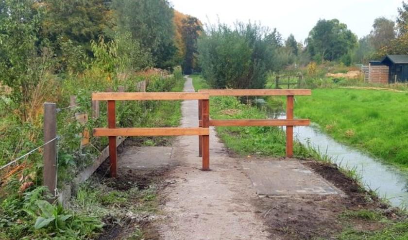 • De twee houten hekjes op het wandelpad aan de Pijlstoep.