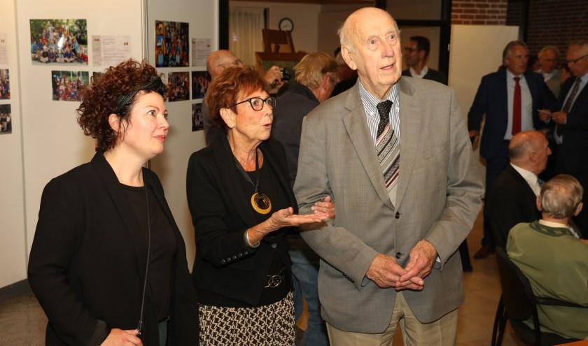 • Oud-leerling Klaas van Oort, die de school in de jaren 40 bezocht en een oud-leerlinge Gerda van Gelderen-Mesker, die in 1989 op school zat, openden beiden de expositie.
