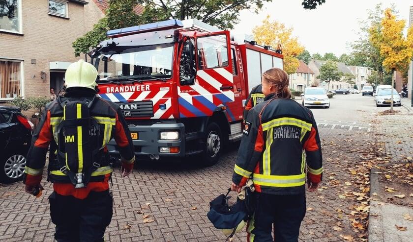 • Brandweerlieden bij de woning in de Knotwilgenstraat in Schoonhoven.