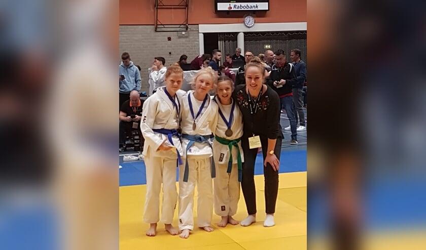 • Julie met de andere prijswinnaars en Yael van Heemst.