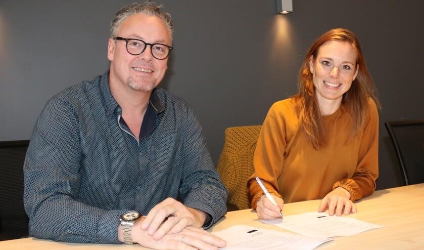 • Bert Wiekens en Sandra Hofhuis ondertekenen het contract.