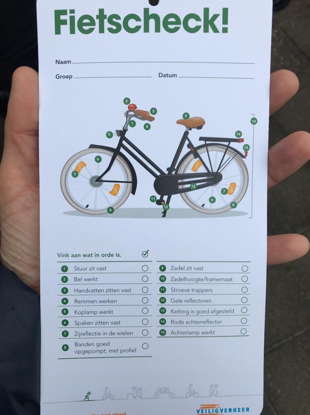 • Met een checklist werd de veiligheid van de fietsen gecontroleerd. Foto: aangeleverd © Bommelerwaard
