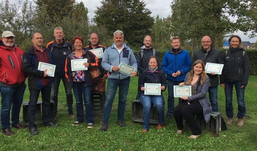 •  De trotse deelnemers met hun oorkonde, geheel rechts Nomi Havelaar.