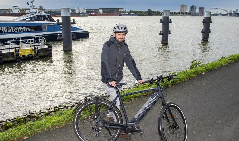 • Sebastian Sørensen met zijn speed pedelec bij de halte van de waterbus in de Stormpolder.