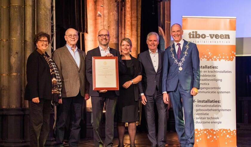 Ria Loeff, Joop Loeff, Robert-Jan Loeff, Tanja Loeff, Jan Blijenberg en burgemeester Marcel Fränzel.