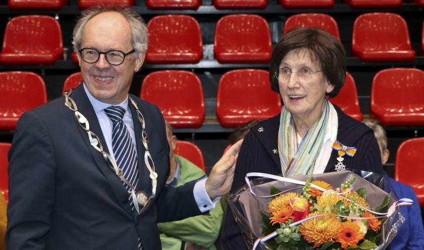 • Loco-burgemeester Jan-Hein de Vreede overhandigde de koninklijke onderscheiding aan Marianne Krans.
