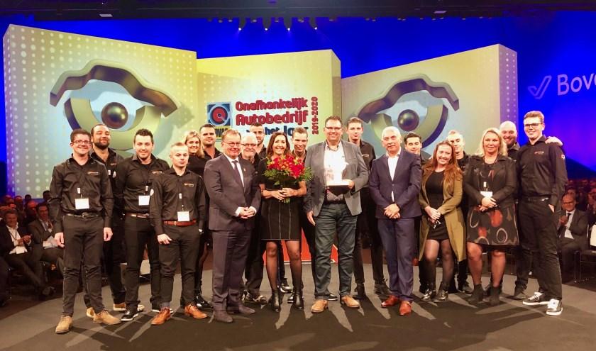 • Het team van CarProf Valentijn nam de eerste prijs vol trots in ontvangst.