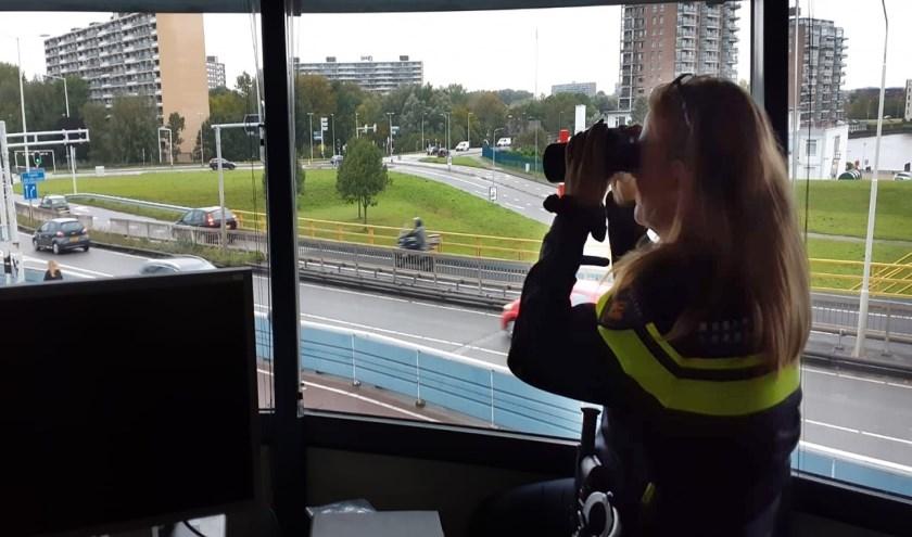 • Agent controleert het verkeer vanuit de verkeerstoren van de Algerabrug. role vanaf de