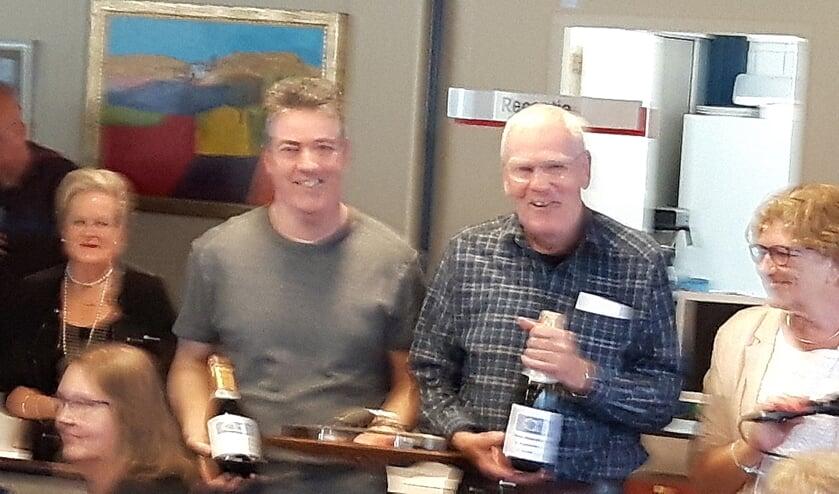 • Jan Erlings en Kees van Maren met hun prijzen.