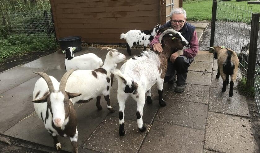 Jan Potters was een van de initiatiefnemers van de oprichting van de Kinderboerderij in Werkendam. De geitjes vindt hij zelf de leukste beesten.