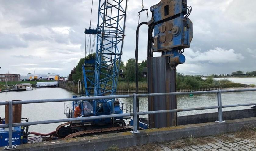 • Wethouder Bragt plaatst één van de eerste damplanken.
