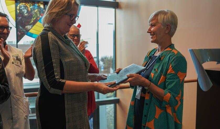 • Surveyor Maureen Judd-van Eerd overhandigt het onderzoeksrapport aan ziekenhuisdirecteur Anja Blonk.