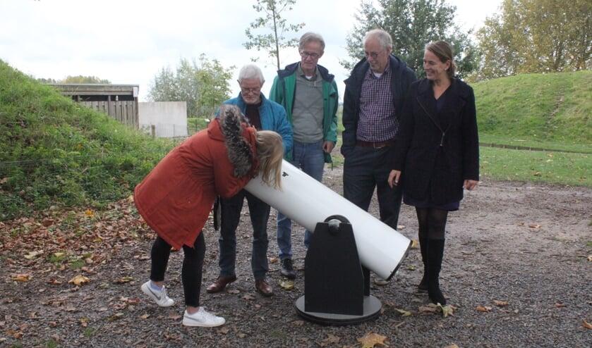 • Jan, Rik en Martin met Geofort-medewerkers Ireen en Dieuwke én de telescoop.