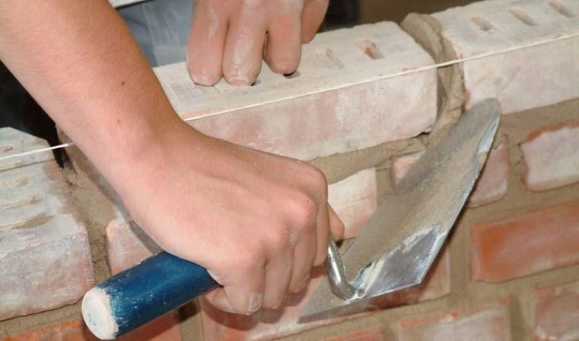• In de bouw staan veel banen onder druk.