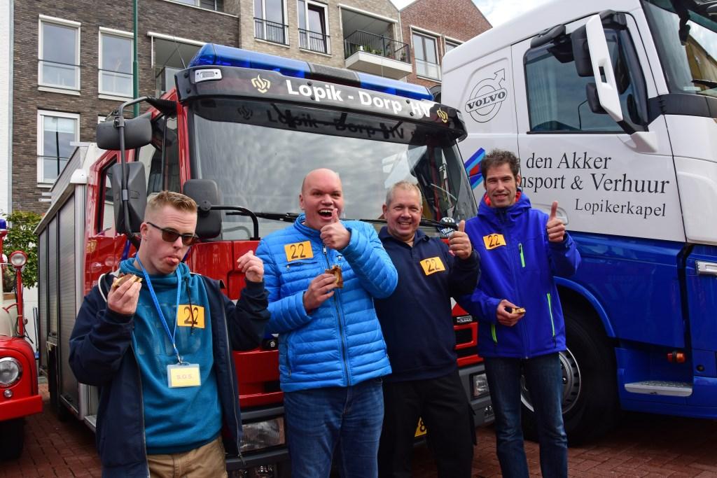 • Kevin Wietze en Thijs mogen met de brandweerauto mee. Foto: Adri Verhoeven © Krimpenerwaard