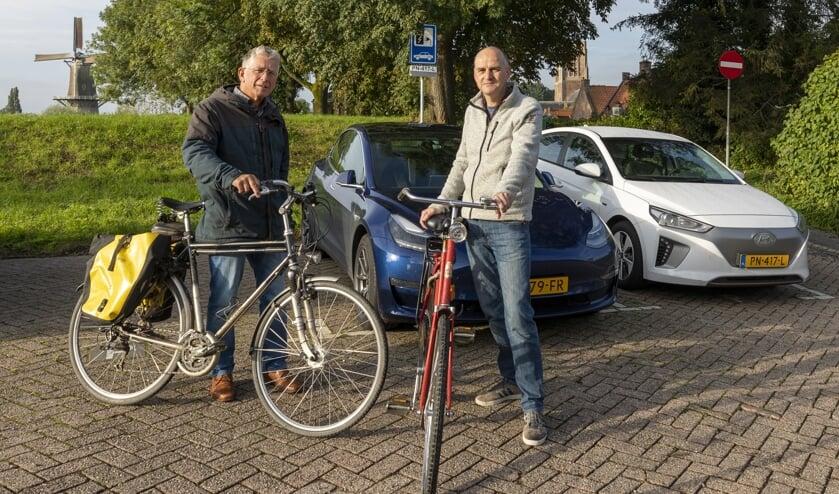 JanDerk Stegeman (rechts) en Goof van Vliet bij de elektrische auto's, die Woudrichemmers samen delen.