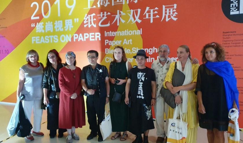 • Deelnemende kunstenaars aan 'Feasts on Papers', in het midden Annita Smit uit Zaltbommel.