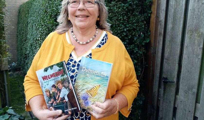 • Janny den Besten met haar twee nieuwste boeken.