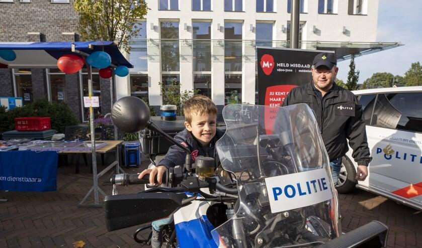 • Kinderen mochten even op de politiemotor klimmen.