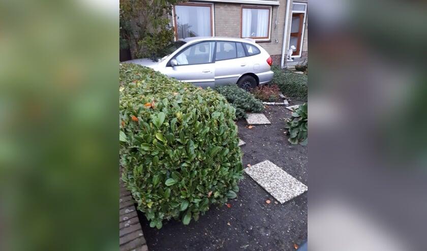 • De vrouw belandde met haar auto in een voortuin.