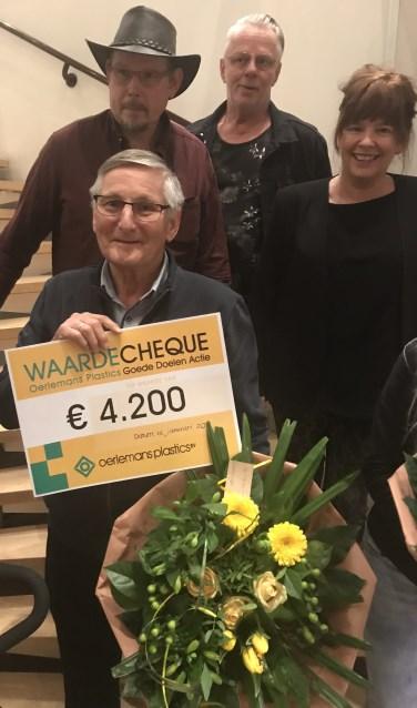 Winnaar Ad Bor ontvangt van Oerlemans Plastics een cheque voor het initiatief Voedselbank tijdens de uitreiking van 2017.