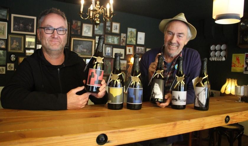 • Kees van de Wal (links) en Piet Krens met hun werk op de flessen.