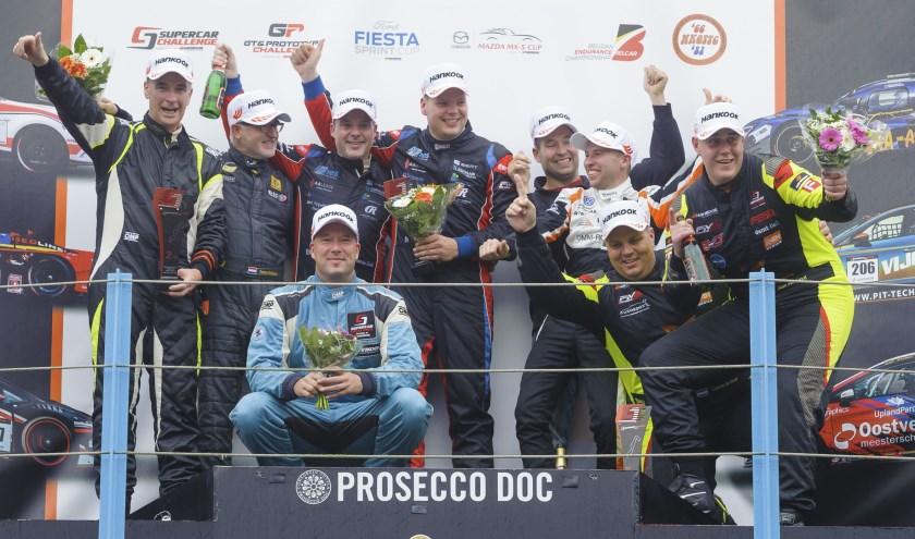 • Stan van Oord (rechts) viert het kampioensfeestje vol ongeloof.