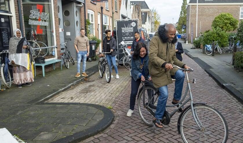 • Erica Jaspers geeft één van de vluchtelingen op de fiets een duwtje.
