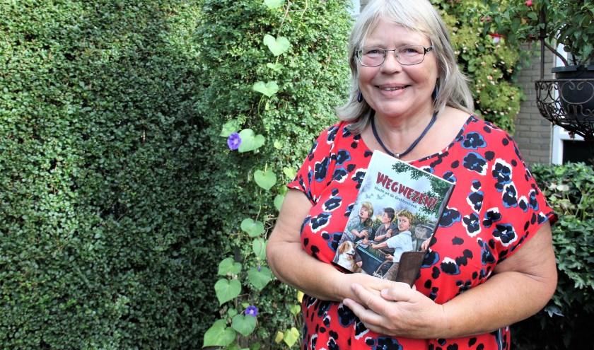• Janny den Besten met haar boek 'Wegwezen'.