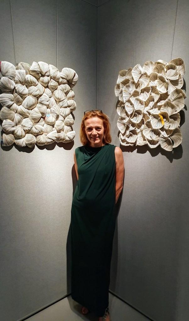 • Annita Smit voor haar kunstwerk 'Identify and Difference' dat in Shanghai te zien is op de internationale papierbiënnale. Foto: aangeleverd © Bommelerwaard