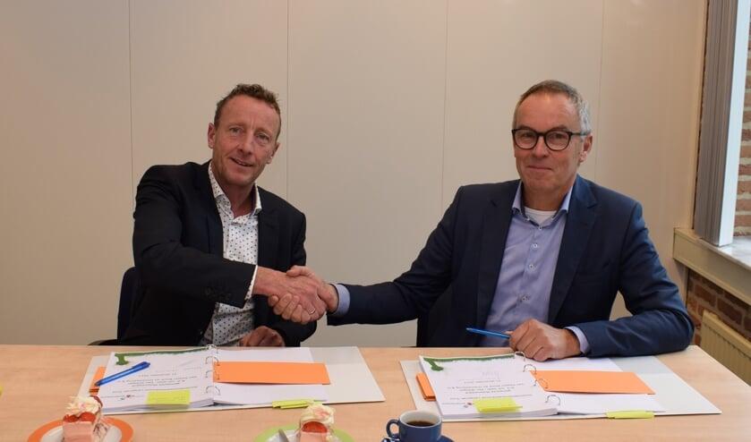 • Wethouder Bikker en Chris van Wijk schudden elkaar de hand.