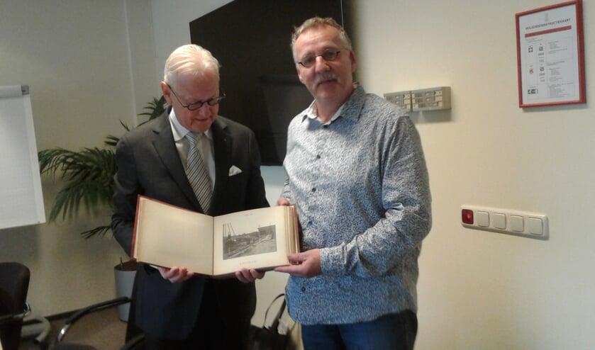 • Dirk van Arkel overhandigt het boekje aan burgemeester Lokker.