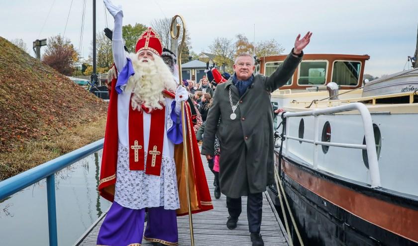 • Burgemeester Pieter van Maaren verwelkomde de Sint voor het eerst in zijn nieuwe gemeente.