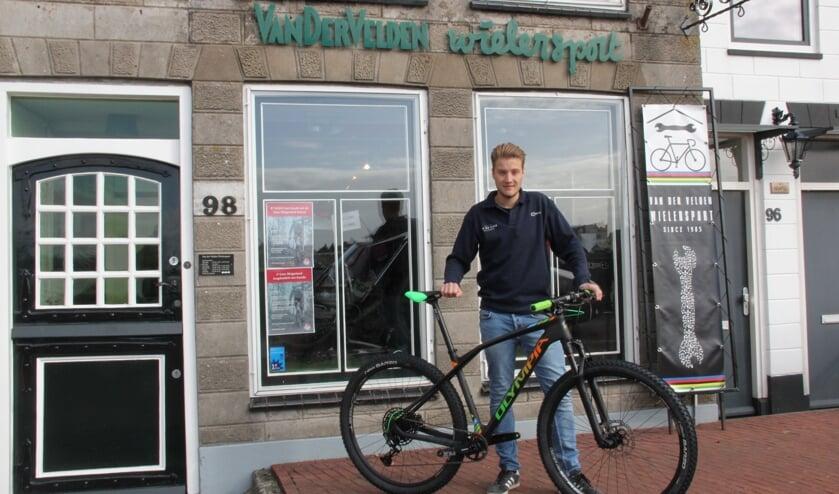 • Niek Korneef voor het pand van Van der Velden Wielersport.