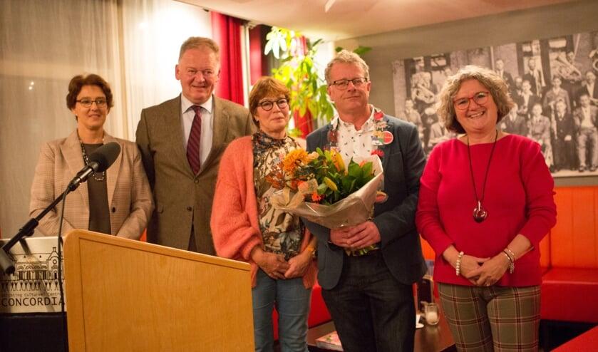 • Groepsfoto met als stralend middelpunt winnaar Teus Stouthart.