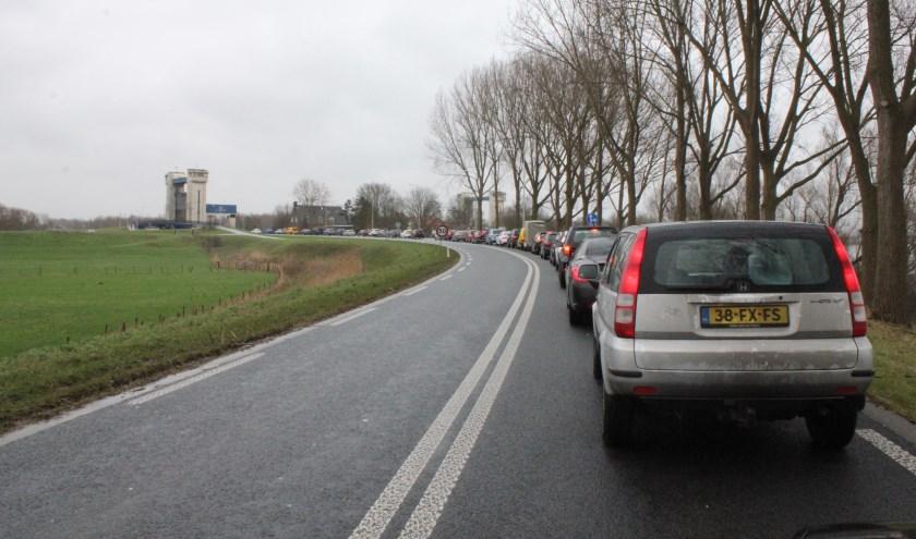 • Het verkeer op de N322 staat bij de sluis regelmatig vast.