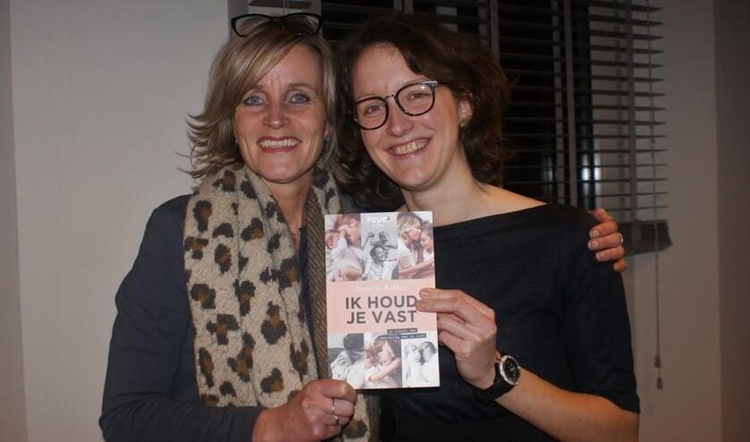 • Mirjam van der Vegt reikte het eerste exemplaar van 'Ik houd je vast' uit aan auteur Annette Bakker.