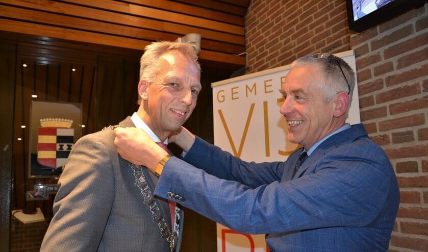 • Marcel Verweij hangt burgemeester Sjors Fröhlich de ambtsketen om.