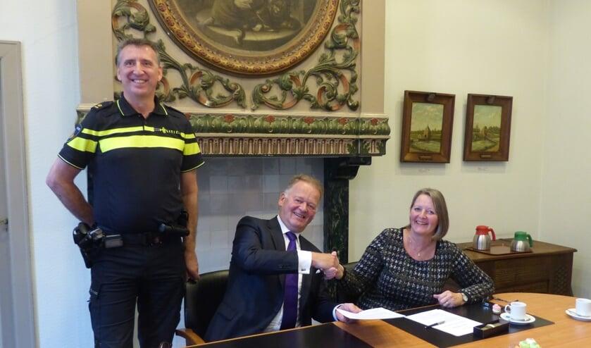 • Ondertekening van de intentieovereenkomst door burgemeester Roel Cazemier en Rafaëlle Quax, coördinator cluster Vastgoedtransacties van het Politiedienstencentrum en Robert-Jan van den Burg, teamchef van politie Krimpenerwaard.