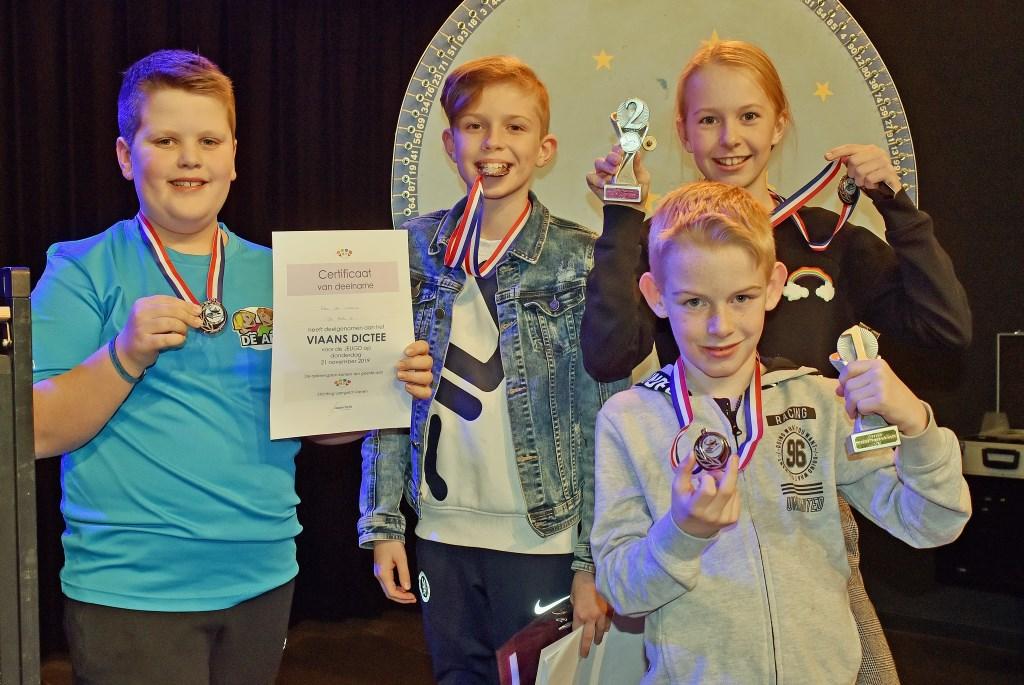 • Het winnende kinderteam en Tycho van der Linden waren blij met hun prijzen. Foto: Peter Verbeek © Vianen