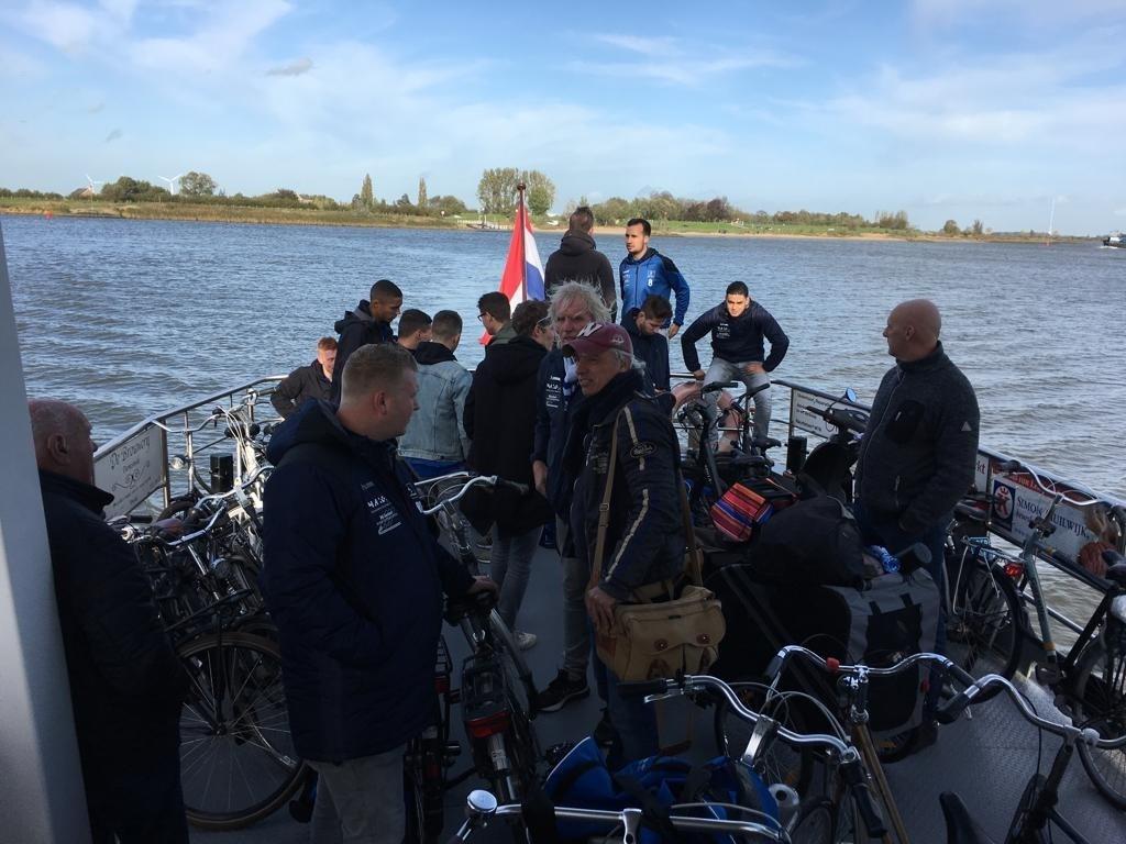 • SV Lopik op de fiets naar Ameide. Foto: Wim Kroone © Krimpenerwaard