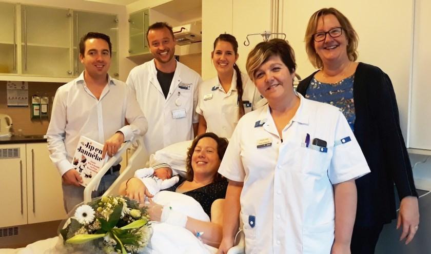 • Vader Arjen den Otter, gynaecoloog Rob Mooij, verpleegkundige Milena Dokman, moeder Sabina den Otter met zoon Matthias, ziekenhuisdirecteur Anja Blonk en verpleegkundige Pieternelle Westland.
