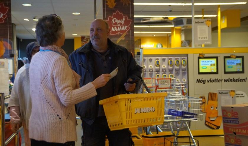 • Vrijwilligers vragen consumenten of ze een extra boodschap willen doen voor Dorcas.