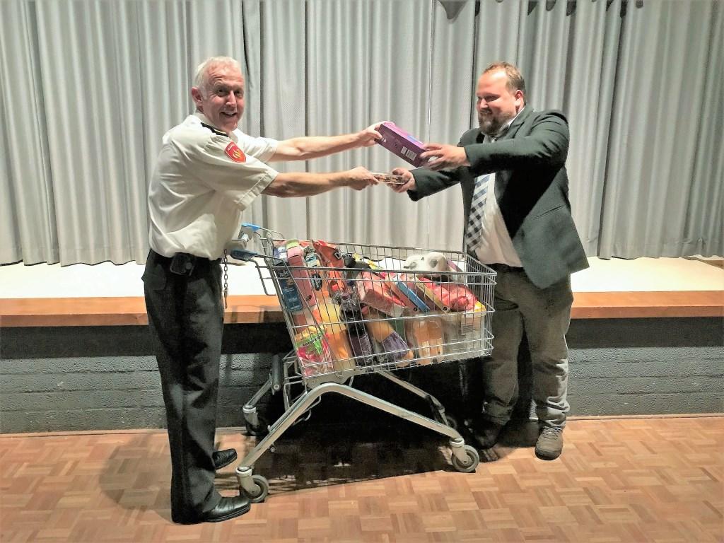 • De boodschappenkar van Hoogvliet ter waarde van 100 euro werd door de brandweer cadeau gegeven aan Frank Peters, één van de drie genomineerden voor de titel Hedelnaar van 't Jaar. Foto: aangeleverd © Bommelerwaard