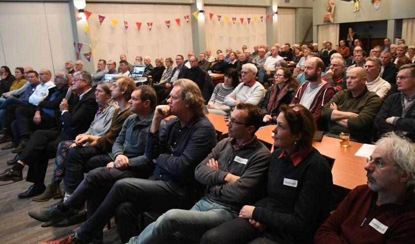 • Maandag 25 november was het eerste Energiecafé van de gemeente West Betuwe. Inwoners uit Spijk, Heukelum, Asperen, Acquoy, Gellicum en Rhenoy konden daar terecht met al hun vragen over energiebesparing. Het was een succes: meer dan 100 inwoners bezochten de avond.