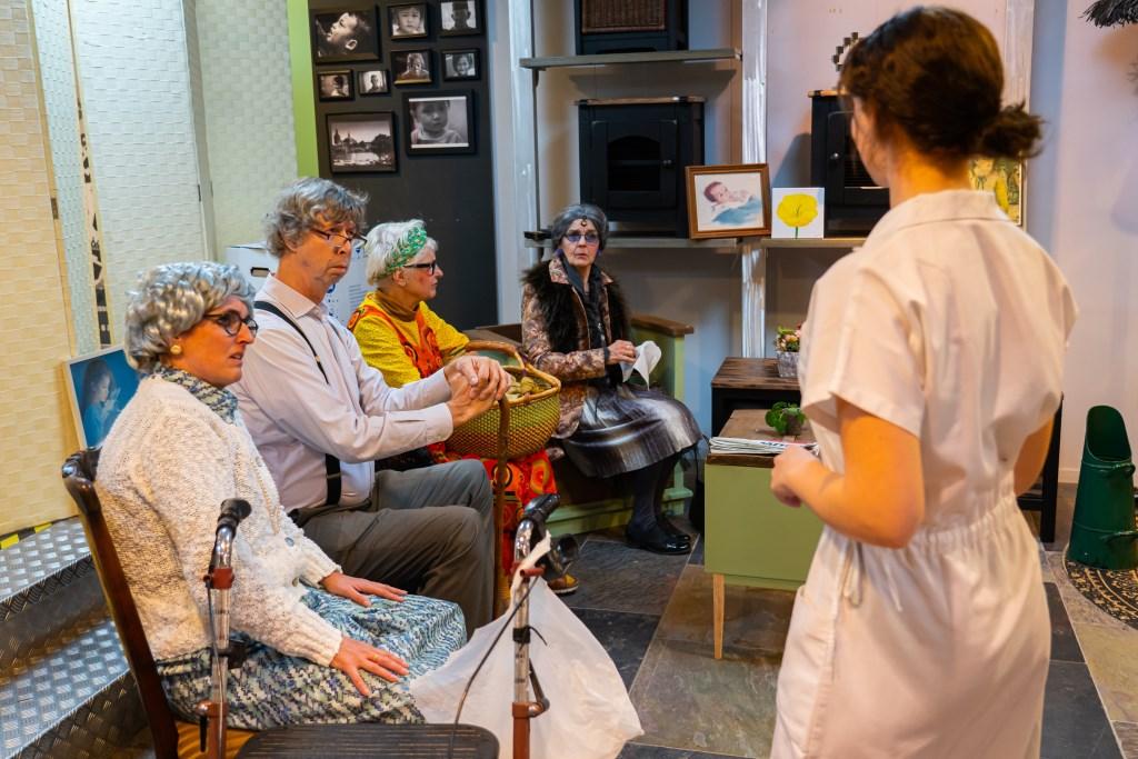 Kerntheater VHL met de voorstelling 'Grenze(n)loze tijd Foto: Nico Van Ganzewinkel © Leerdam