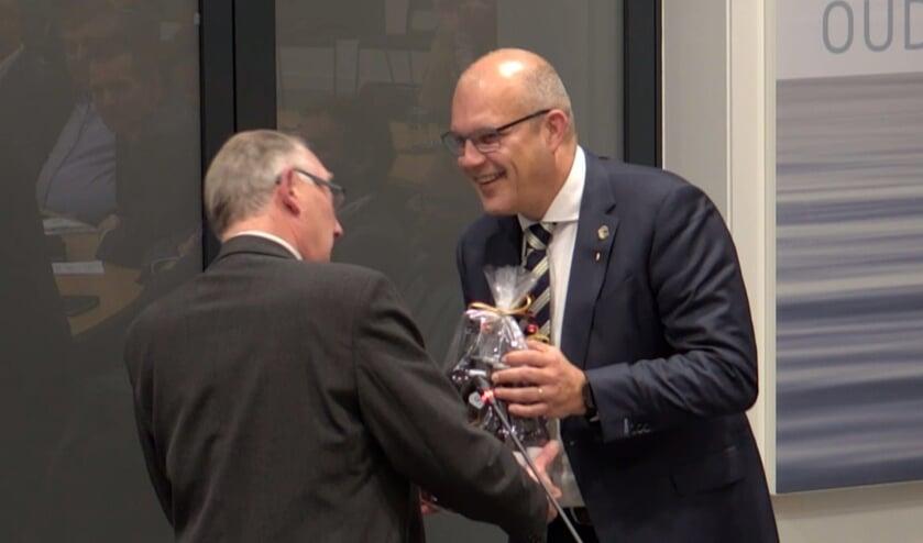 • André Stremler (links) schudt Egbert Lichtenberg de hand.