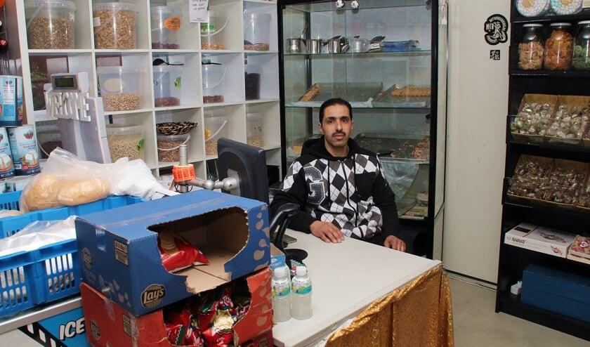 • Mohammed in zijn supermarkt aan de Korenbloemstraat.