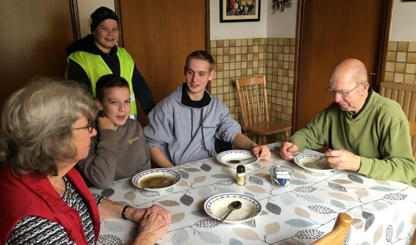 • Kees en Marian van den Bogert met kleinkinderen aan de soep.