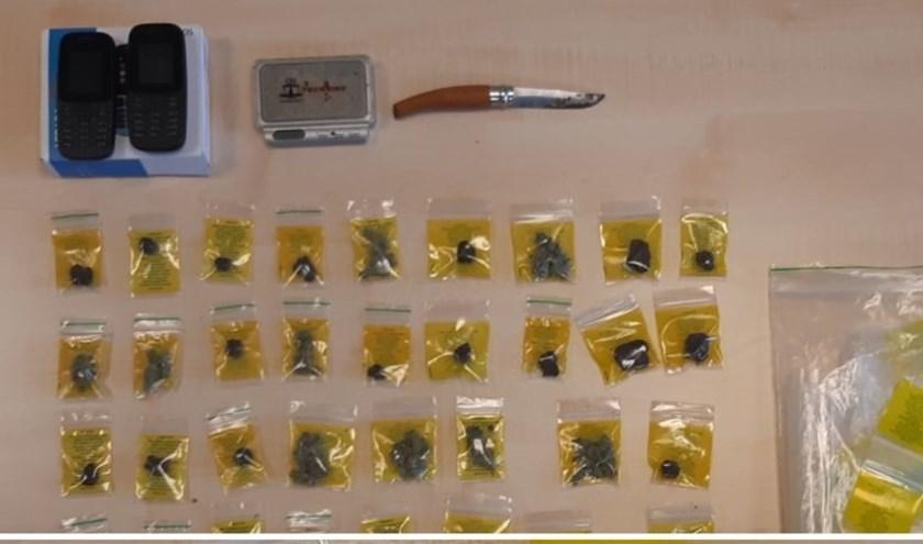 • Naast drugs nam de politie ook telefoons en een mes in beslag.